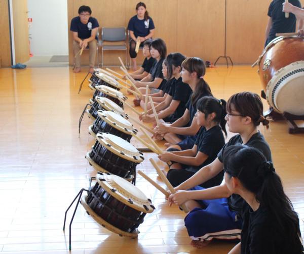 締め太鼓を習う大地の面々